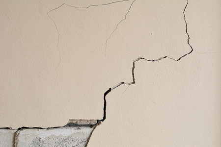 Foto de Walls crack house, Cement wall is broken. Background and texture - Imagen libre de derechos