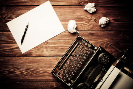 Foto de Vintage typewriter and a blank sheet of paper, retouching retro - Imagen libre de derechos