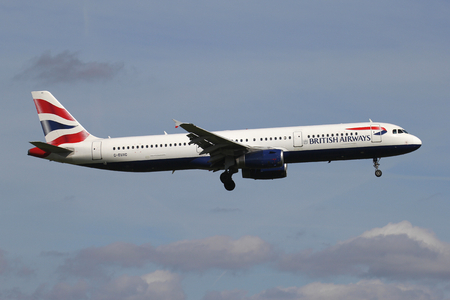 Foto de British Airways Airbus A321-200 with registration G-EUXC on short final for runway 06 of Amsterdam Airport Schiphol. - Imagen libre de derechos