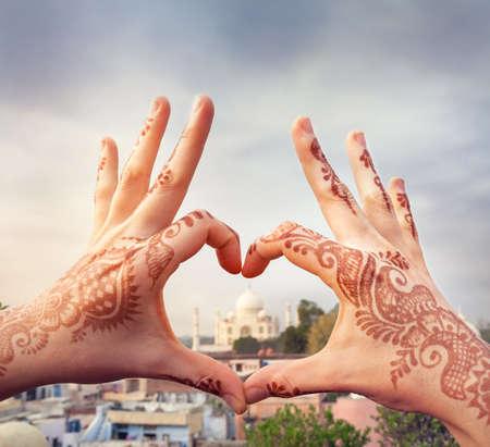 Foto de Woman hands with henna painting in shape of heart with Taj Mahal in it. I love India concept with copy space. - Imagen libre de derechos