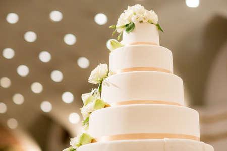 Foto de White Wedding Cake - Imagen libre de derechos