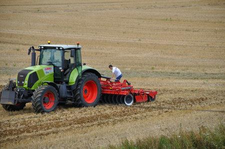 Photo pour PLERIN, FRANCE -August 13 2018 : tractor passing chisel plow at Plerin - image libre de droit
