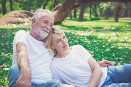 Foto per Portrait of a happy senior couple in park - Immagine Royalty Free