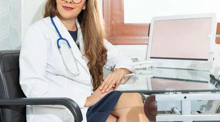 Foto de Gynecologist woman smiling with eyeglasses and stethoscope giving medical consultation - Imagen libre de derechos
