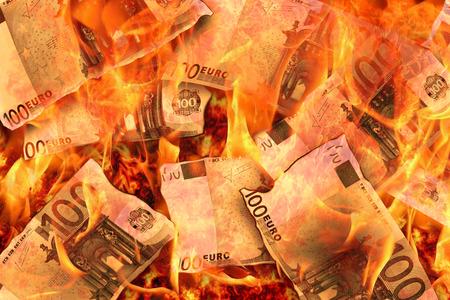 Foto de 100 euro banknotes burning in flames - Imagen libre de derechos