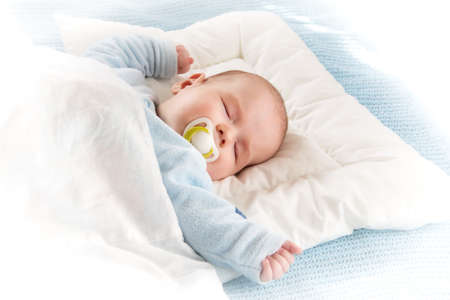 Photo pour Four month old baby sleeping on blue blanket - image libre de droit