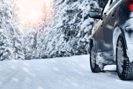 Foto de car on winter road in the morning - Imagen libre de derechos