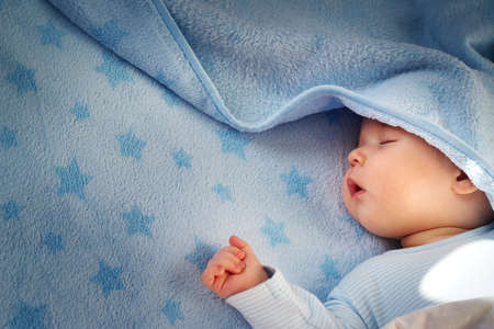 Photo pour 3 month old baby sleeping on blue blanket with stars - image libre de droit