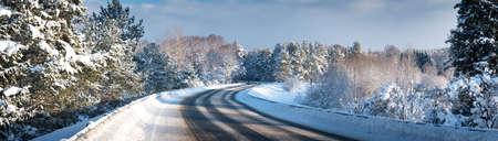 Foto de Car on winter road covered with snow - Imagen libre de derechos