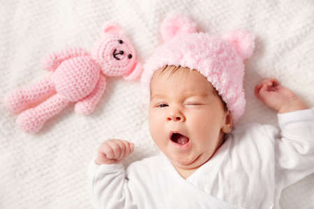 Photo pour Cute newborn baby girl lying in the bed - image libre de droit
