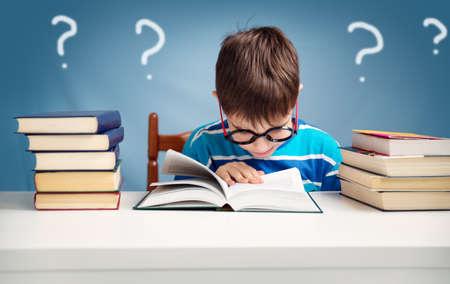 Foto de seven years old child reading a book - Imagen libre de derechos