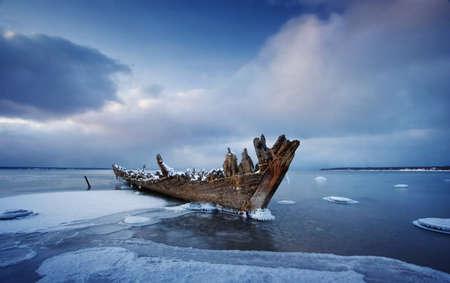 Foto de Old wooden shipwreck - Imagen libre de derechos