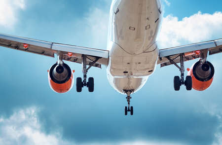 Foto de Closeup of a plane at landing - Imagen libre de derechos