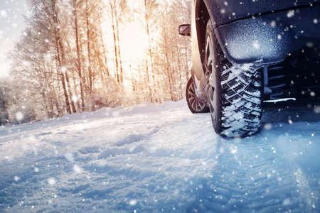 Foto de Car tires on winter road covered with snow - Imagen libre de derechos