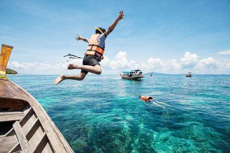 Foto de Snorkeling divers jump in the water - Imagen libre de derechos