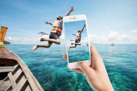 Photo pour Taking photo of snorkeling divers jump in the water - image libre de droit