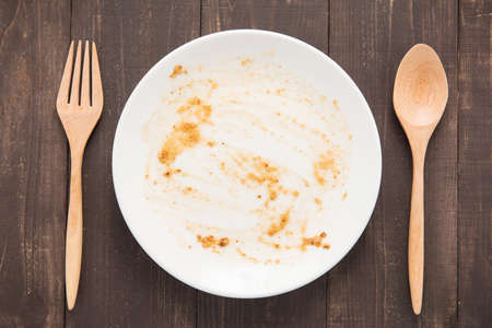 Photo pour Empty dish after food on the wooden background. - image libre de droit