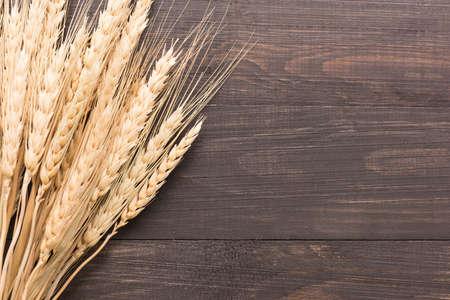 Foto de Wheat ears on the wooden background. Top view. - Imagen libre de derechos