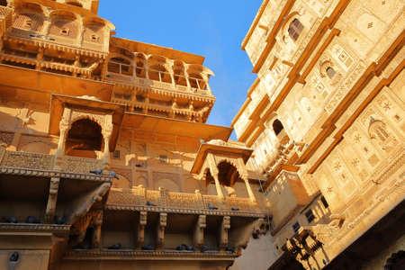Foto de The architectural details of Jaisalmer fort palace in Jaisalmer, Rajasthan, India - Imagen libre de derechos