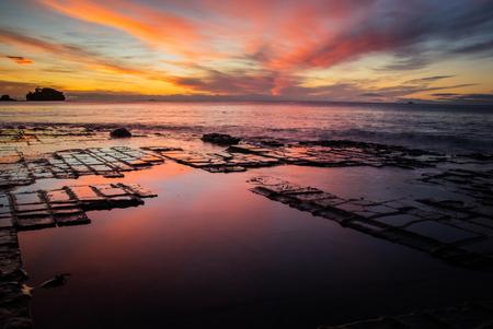 Foto de Vibrant sunrise over Tasmania's Tessellated Pavement - Imagen libre de derechos
