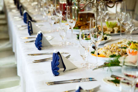 Photo pour Wedding table with forks, wine glasses, knifes and food - image libre de droit