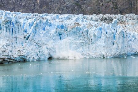 Foto de Glacier Bay, Alaska. Ice calving at Margerie Glacier in Glacier Bay National Park. - Imagen libre de derechos