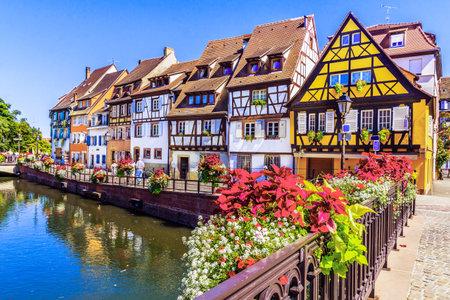 Foto de Colmar, Alsace, France. Petit Venice, water canal and traditional half timbered houses. - Imagen libre de derechos