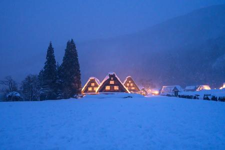 Foto de Snow falling on light Up Festival in winter at shirakawago Gifu Chubu Japan. - Imagen libre de derechos