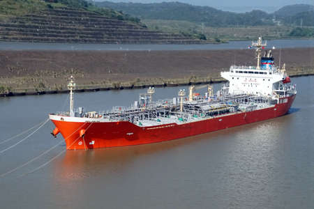 Foto per Large freighter approaching San Miguel lock, Panama Canal - Immagine Royalty Free