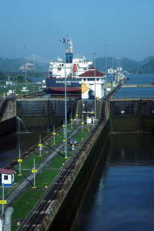 Foto per PANAMA CANAL - DEC 16, 2017 - Large freighter passing thru Miraflores lock, Panama Canal - Immagine Royalty Free