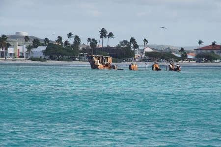 Foto de Shipwreck in shallow waters of the Caribbean Sea off the coast of Aruba - Imagen libre de derechos