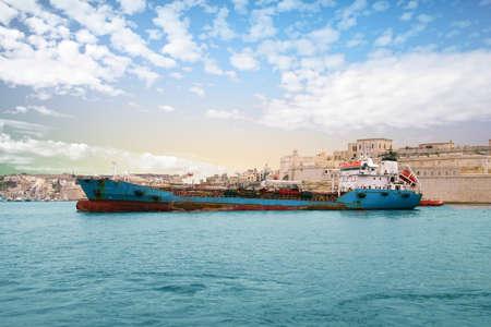 Foto per VALLETTA, MALTA - APR 10, 2018 - Oil tanker in the Grand Harbor, Valletta, Malta - Immagine Royalty Free