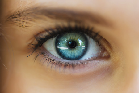 Photo pour The eye closeup of a beautiful girl - image libre de droit