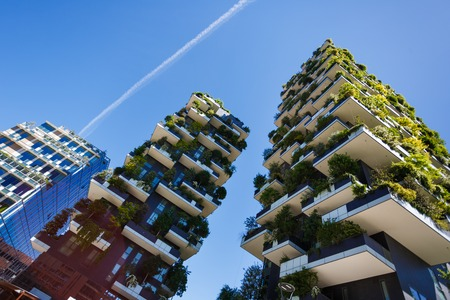 Foto de Milan, Italy - May 04 2016: Bosco Verticale, vertical forest apartment buildings in the Porta Nuova area of the city - Imagen libre de derechos