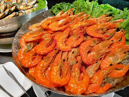 Foto de shrimp, prawn on buffet line in restaurant - Imagen libre de derechos
