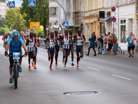Foto de BERLIN, GERMANY - SEPTEMBER 16, 2018: Pacemakers At Berlin Marathon 2018 In Berlin, Germany - Imagen libre de derechos