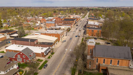 Photo pour Traffic moves around downtown on Main Street in Indiana at North Rochester - image libre de droit