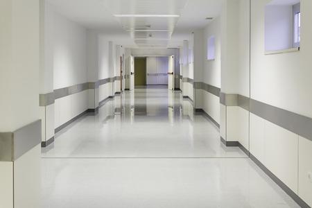Foto de Empty hospital hall with white walls, medicine - Imagen libre de derechos