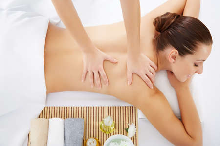 Photo pour Masseur doing massage on woman body in the spa salon. Beauty treatment concept. - image libre de droit