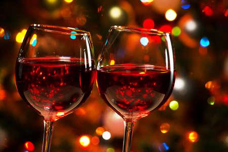 Foto de Crystal glasses of wine on the background of Christmas lights - Imagen libre de derechos