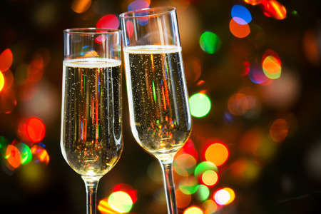 Photo pour Champagne glasses on the background of Christmas lights - image libre de droit