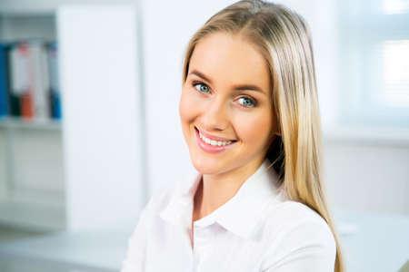 Foto de Closeup portrait of cute young business woman smiling - Imagen libre de derechos