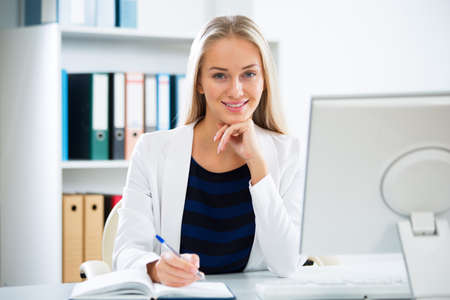 Foto de Young businesswoman with computer in the office - Imagen libre de derechos