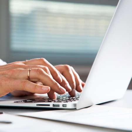 Photo pour Close-up image of typing male hands at laptpp - image libre de droit