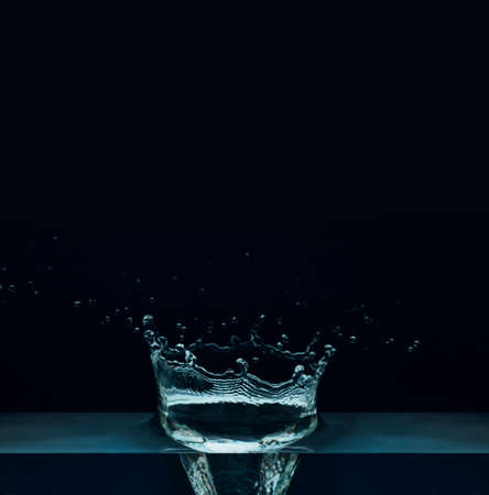 Photo pour Beautiful splash of blue freshnes water isolated on a dark background - image libre de droit