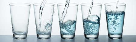 Photo pour Set of glass is filling up with water - image libre de droit