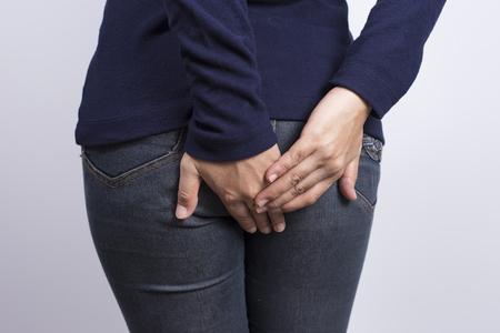 Photo pour Woman has Diarrhea Holding her Butt - image libre de droit