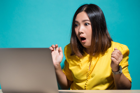 Foto de Woman has shock when she look at laptop - Imagen libre de derechos
