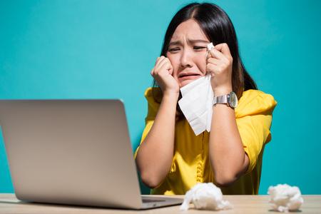 Foto de Woman so sad when she look at laptop - Imagen libre de derechos