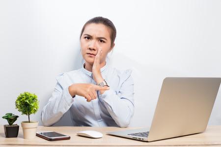 Photo pour Woman gossip when she look at laptop - image libre de droit